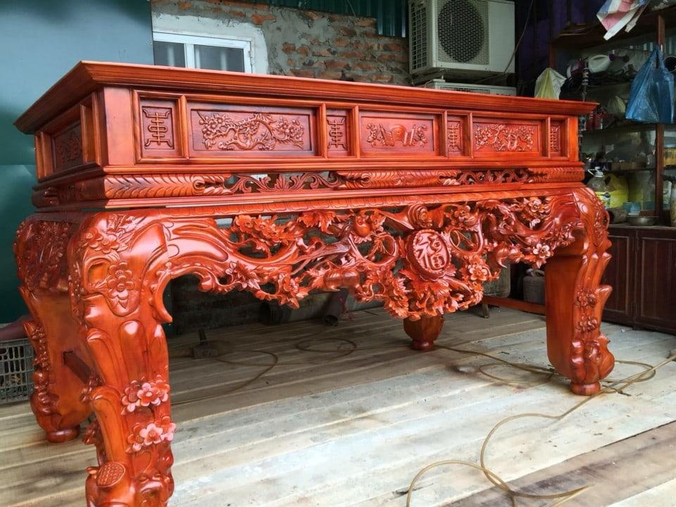 Sập thờ được làm từ gỗ gụ với thớ mịn, bóng và đẹp