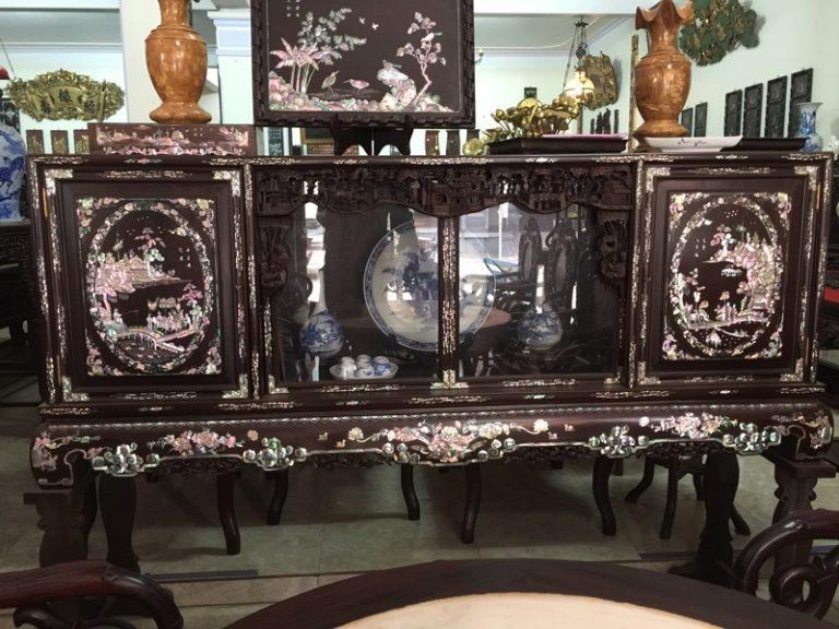 Trên nóc tủ chè thường được dùng để đặt bàn thờ tổ tiên